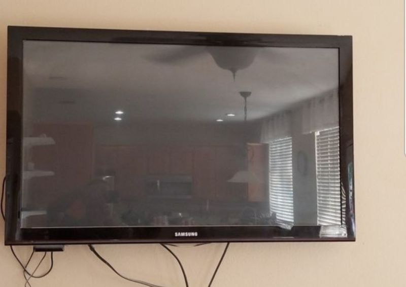 36″ Samsung TV With Wallmount & ROKU